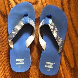 Toms blue camo flip flops